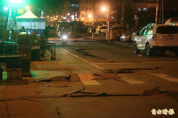 花蓮強震造成花蓮市區多處路面破損(記者王錦義攝)