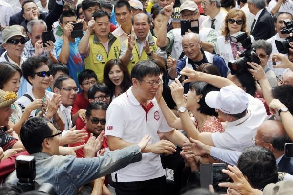 柯文哲中午時分進場,受到支持群眾熱情歡迎,柯的妻子陳珮琪上前為他擦汗,現場氣氛熱到最高點。(記者廖振輝攝)