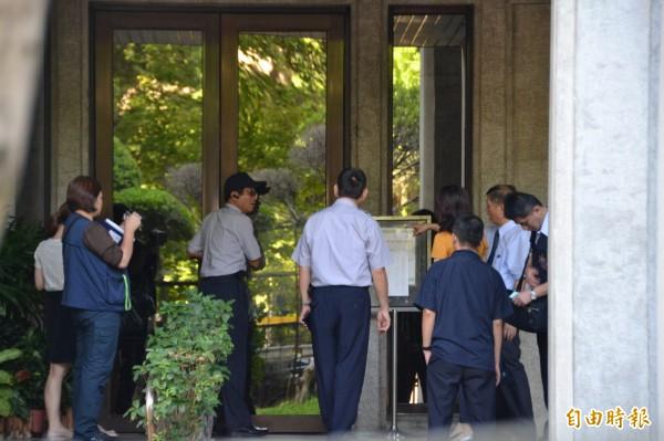 台北地檢署派出主任檢察官陳明進調查昨晚教育部被學生闖入的案件,教育部警衛正和檢方說明事發經過。(記者吳柏軒攝)