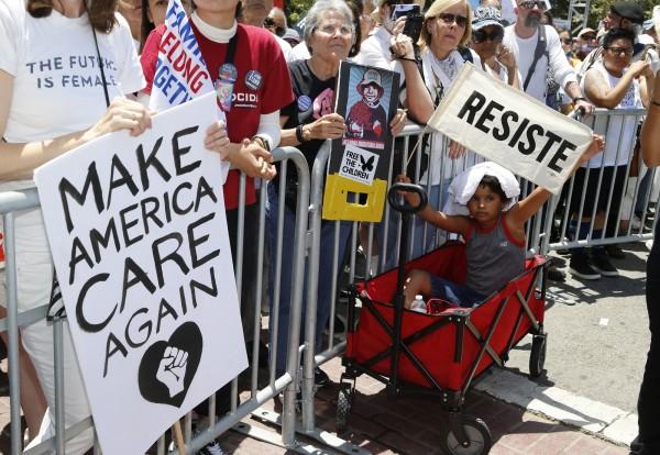 全美各地6月30日發起「家人應該在一起」示威抗議活動。(美聯社)
