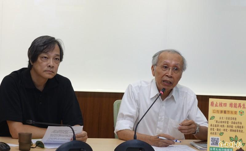 綠色消費者基金會舉行「鳥籠?鐵籠?烏籠勿讓台灣成為核災共和國」記者會,會中綠色消費者基金會方儉(左)、台灣環境保護聯盟創會會長施信民(右)呼籲明年總統候選人們,更加重視核能問題。(記者王藝菘攝)