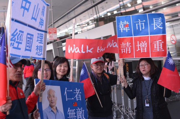 NCC日前開罰中天100萬,支持韓國瑜的洛杉磯僑胞們對著鏡頭喊著:「我們大家都支持中天對不對~?」其他韓粉們一同回應:「對~~~」,網友看了相當傻眼。(中央社)