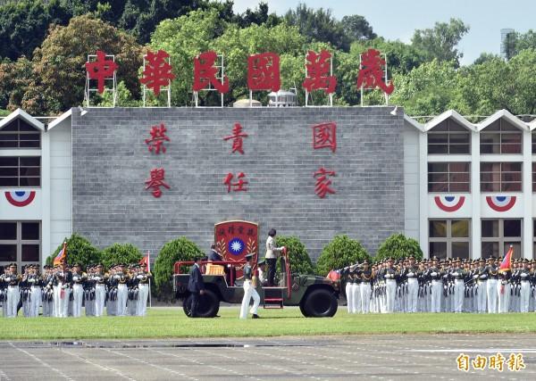 陸軍官校照片遭惡搞。圖為蔡英文總統去年到陸軍官校參加「黃埔建軍92週年校慶」。 (資料照,記者張忠義攝)