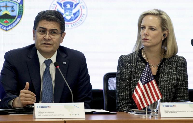 美國國務院宣布終止對中美3國的援助。圖為宏都拉斯總統葉南德茲(Juan Orlando Hernandez)與美國國土安全部長尼爾森(Kirstjen Nielsen)。(美聯社)