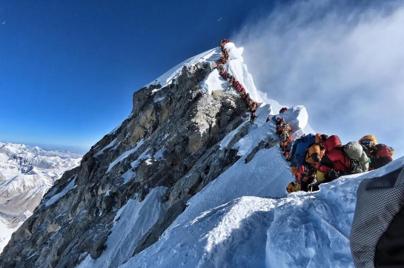 每年4、5月因氣候最適宜,是喜馬拉雅山聖母峰登山季,今年也有大量登山客在山頂附近大排長龍等候攻頂。(法新社)