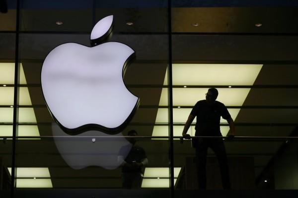 蘋果公司承認,會調降舊款iPhone性能,避免手機無預警關機。(歐新社)