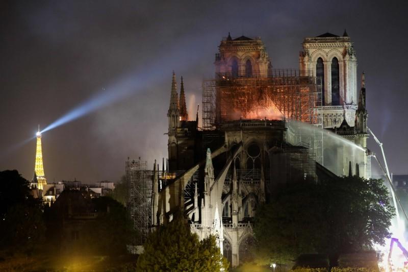 在消防人員的努力下,聖母院大火得以控制,並未蔓延到北鐘樓,聖母院的整體結構得以保存。(法新社)