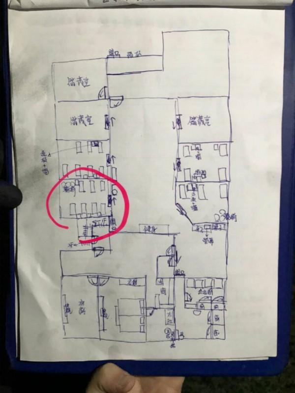 火災現場示意圖,圓圈處為4人死亡的房間。(記者李容萍翻攝)