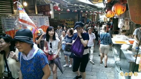 日本大叔「色色的日本人的歐吉桑」認為,九份吸引日客的原因不是當地的環境及食物,而是日本人「以為」九份是神隱少女的舞台之一。圖為九份街景。(資料照)