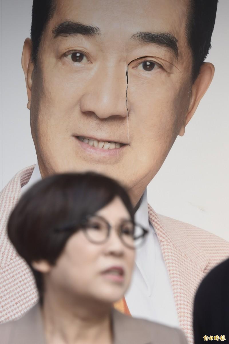 親民黨總統參選人宋楚瑜競選總部背板上的大幅照片臉部遭破壞。(記者簡榮豐攝)