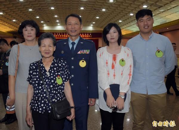 晉升空軍少將游仁明與家人合照。(記者黃耀徵攝)