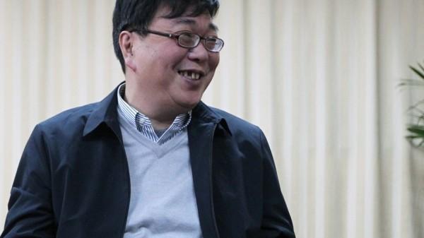 在中國警方安排下,桂民海昨現身浙江寧波看守所受訪,現場媒體發現,他的臉色十分紅潤,就像化了妝似的,而開口大笑時更明顯可見上排牙齒脫落,與被捕前明顯有異,不禁引人疑竇。(擷取自《南華早報》)