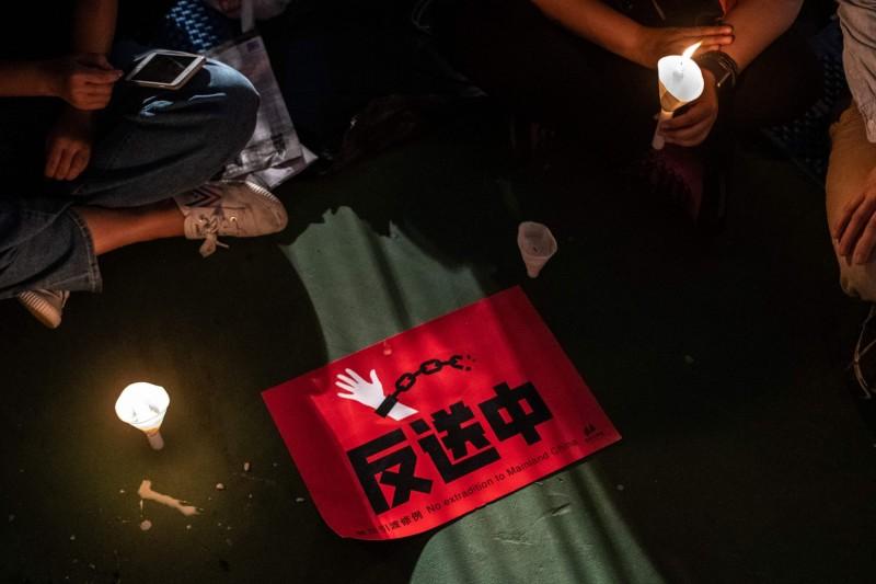 香港歌手黃耀明在晚會上獻唱悼念六四歌曲《回憶有罪》,最後呼籲大家,6月9日一起上街參加反對修訂《逃犯條例》遊行。(法新社)