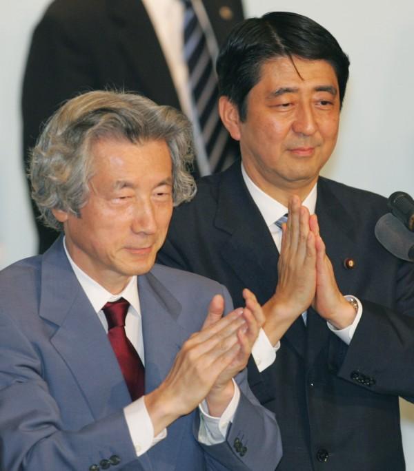 安倍晉三(右)擔任日本首相天數在27日將達到1980天,將與前首相小泉純一郎(左)並列為歷代第五長。(美聯社資料照)