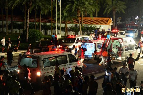 八仙樂園爆炸案發生後,入口處擠滿傷患、救援人員和救護車。(資料照,記者王藝菘攝)