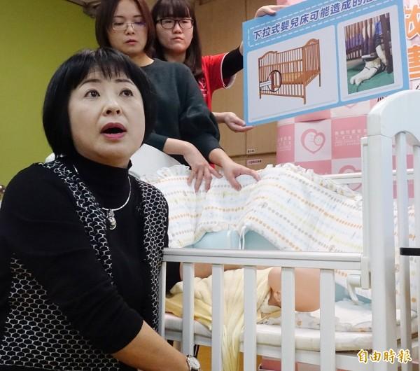 靖娟兒童安全文教基金會29日舉行107年兒童事故傷害新聞統計分析記者會,執行長林月琴示範說明容易導致幼兒窒息的居家用具。(記者朱沛雄攝)