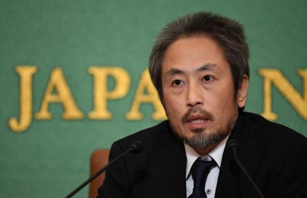 遭敘利亞武裝團體囚禁3年4個月的日本記者安田純平,日前獲釋後於2日召開記者會,向日本政府表達歉意,認為自己「去了衝突地區就是要自行負責,發生在自己身上的事情都是自作自受。」(法新社)