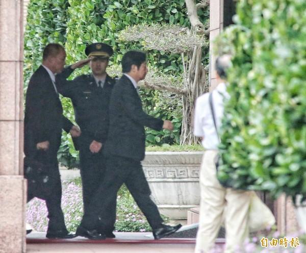 行政院長賴清德一早8點就抵達行政院,召開臨時院會總辭。(記者劉信德攝)