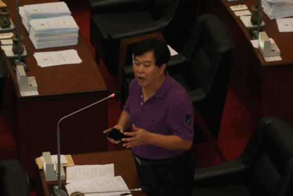 高市議員洪平朗曾在議會高分貝質詢女清隊員為何拆他旗,女隊員淚灑會場,結果落選。(資料照,記者黃佳琳攝)