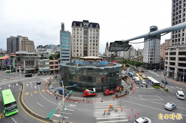 台北建成圓環進行拆除作業。(記者王藝菘攝)