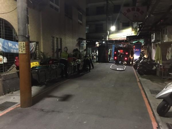 今天凌晨3點多,新北市淡水區中山路72巷內一棟民宅起火,消防人員發現3具焦屍。(民眾提供)