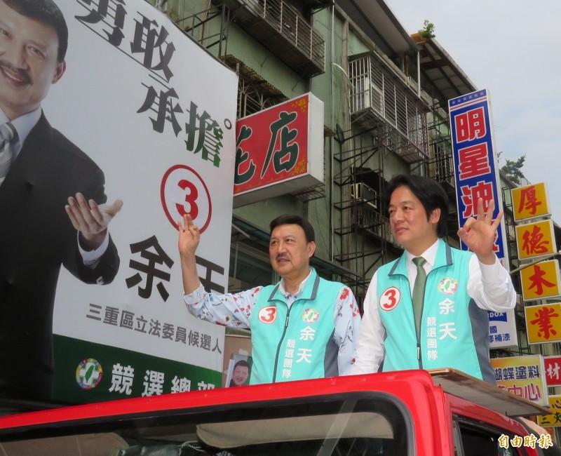 前行政院長賴清德(右)呼籲選民,在16日立委補選中用投票支持民進黨候選人,向國際社會清楚表達「台灣不接受一國兩制,不想成為第二個香港或西藏」。圖為今天下午賴清德在新北市陪同候選人余天(左)車隊掃街。(記者陳心瑜攝)