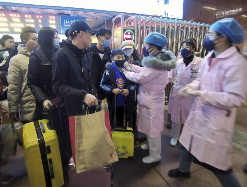 中國「武漢肺炎」疫情持續升溫,各地正進行防疫工作。(美聯社)