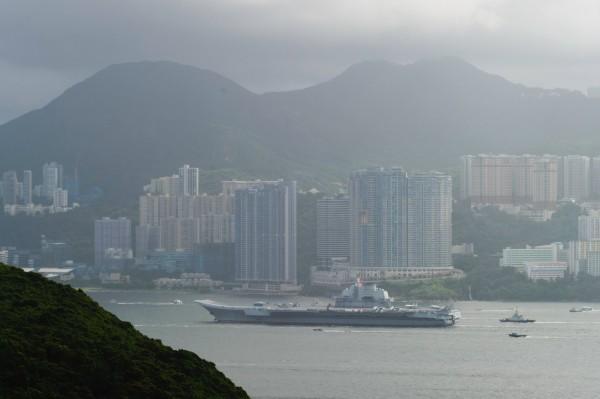 中國航空母艦遼寧號為慶祝香港回歸20週年,今起訪問香港。(法新社)
