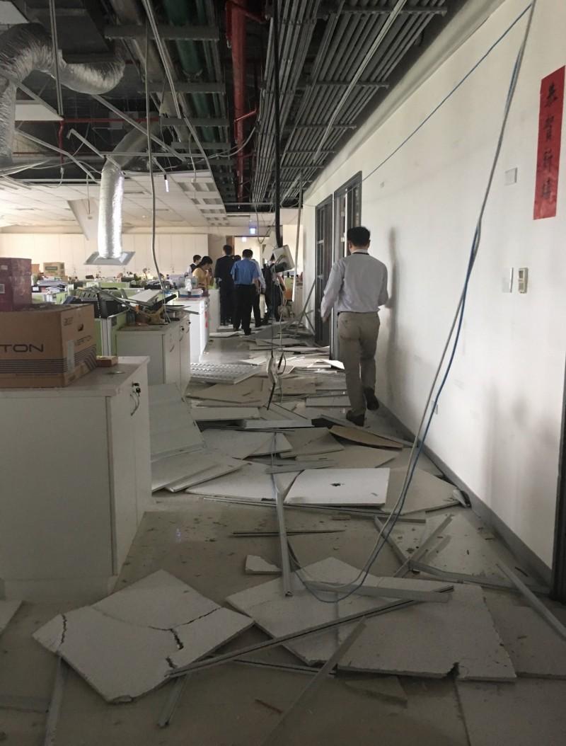 花蓮縣18日下午1時1分發生芮氏規模6.1地震,台北市區也明顯感受到搖晃。位於南港的衛生福利部大樓天花板、輕鋼架更大片掉落,電線也散落一地,所幸暫無傳出人員傷亡。(中央社)