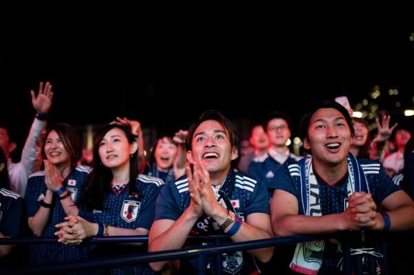 日本球迷幫球隊加油。(法新社)