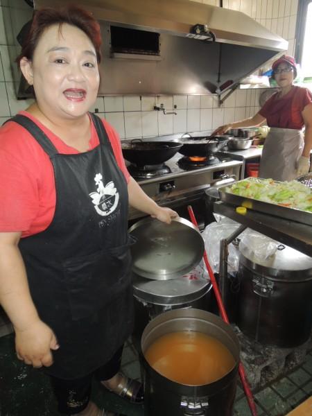 噴水雞肉飯副店長吳月桂向記者展示該店自炸的豬油。(記者余雪蘭攝)