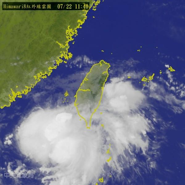 熱帶低壓目前位於鵝鑾鼻南南西方約120公里的海面上,受其影響,墾丁周圍海域目前關閉中。(中央氣象局)