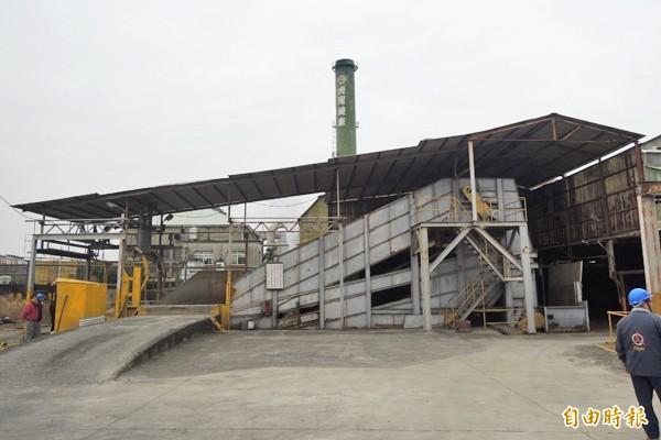 虎尾糖廠開工製糖,高聳的煙囪冒出白煙。(記者廖淑玲攝)
