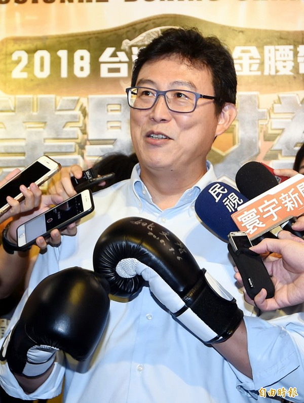 台北市長參選人姚文智6日應邀出席拳擊賽賽前記者會,並戴上拳擊手套為活動宣傳。針對柯文哲再爆粗口,姚文智說:送他拳擊手套消消氣。(記者方賓照攝)