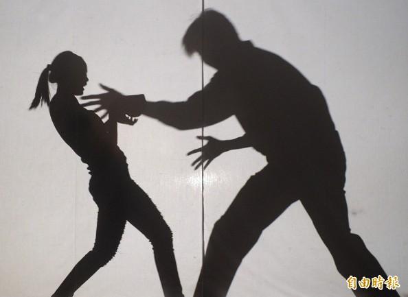劉姓男子與解姓女子前年12月偷情,劉男妻子陳女與友人在門外聽見呻吟聲,闖入解女房內,劉男見狀竟揮拳毆打妻子。圖為示意圖,非新聞當事人。(資料照)