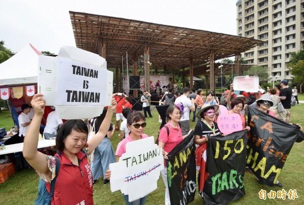 有民進黨代表提案,要求反制中國壓迫航空公司更改台灣主權、企圖併吞台灣。 圖為本土社團抗議加拿大航空公司接受中國要脅,將「台北,台灣」改標註為「台北,中國」。(資料照)