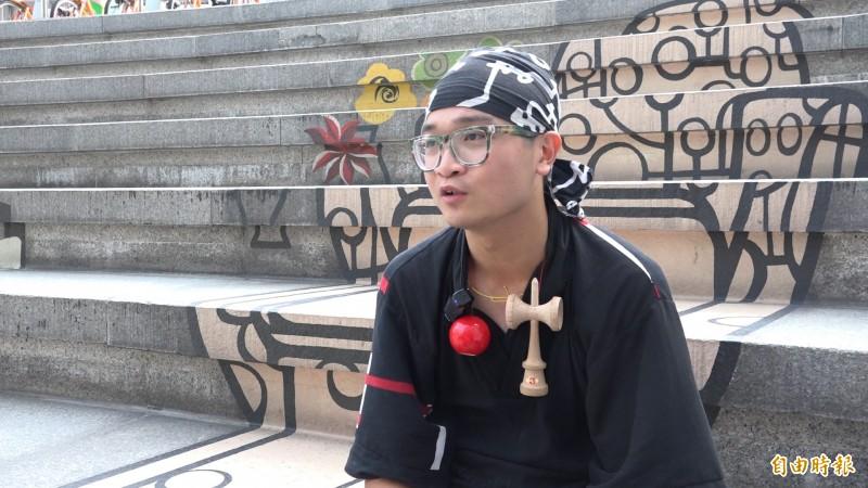 「小螺絲」本名陳益銓,高中開始玩劍玉,年僅23歲就成為全台唯二的七段劍玉師。(記者余家緯攝)