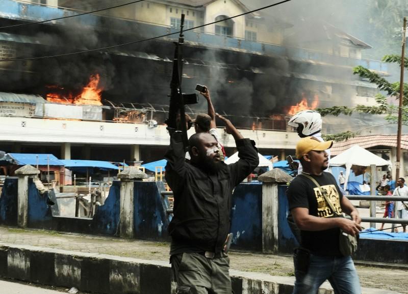 印尼連日爆發示威抗議,政府已加派1200名警力至西巴布亞省支援。圖為手持步槍的印尼警察。(美聯社)