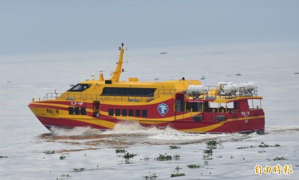 海上浪高出現3公尺,往返屏東東港與小琉球之間的泰富航運船班,今天宣布午後停航。(資料照)