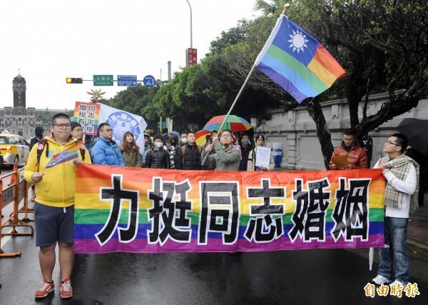 台灣國際同志權益促進會曾發起活動,在凱道升起彩虹國旗,希望政府盡速完成同志相關人權修法。(記者陳志曲攝)