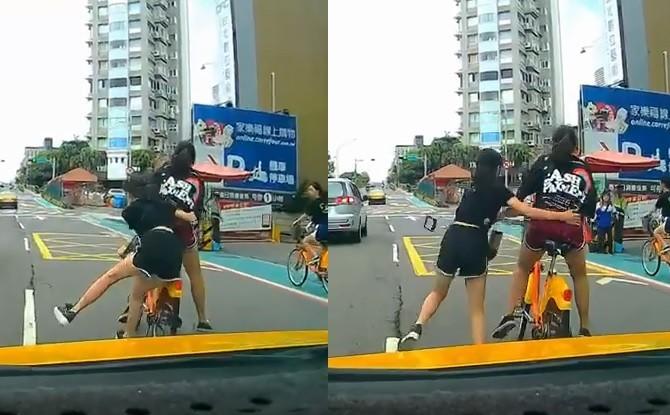 這輛單車由於雙載,導致騎乘者重心不穩,從路邊爆衝至路中央,不但差點擦撞旁邊車道的銀色休旅車,更差點被後方計程車撞上。(擷取自爆料公社)