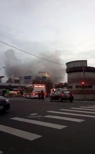 台中市火車站附近台鐵舊宿舍傍晚時燃起熊熊大火,現場濃煙密佈。(圖擷自爆料公社)