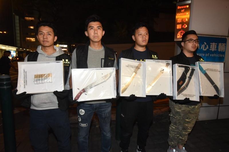 泰拳高手王康達香港街頭遭斬雙腳,香港警方對黑幫大掃蕩,昨晚逮9男女及大把刀械。(香港《星島日報》)