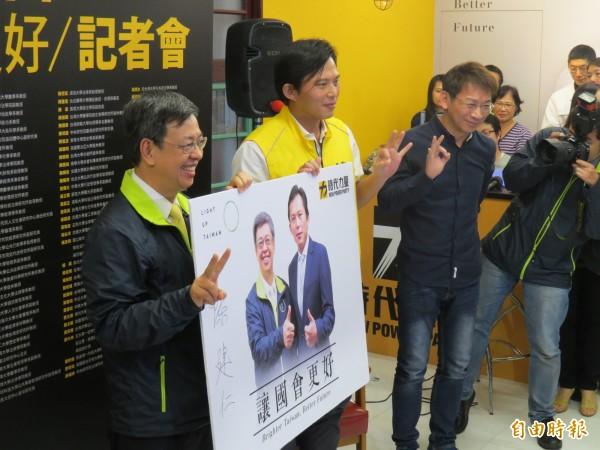 民進黨副總統候選人陳建仁(左1)今日到汐止替時代力量立委候選人黃國昌(左2)站台。(記者俞肇福攝)