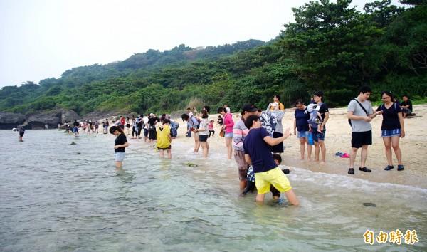 小琉球遊客大增,但離島生態能否承受如此龐大的觀光人潮,相關單位已展開研究。(記者陳彥廷攝)