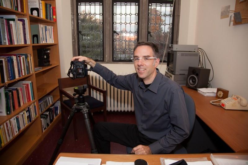 藝術史教授泰隆使用雷射精準掃描巴黎聖母院,他已於去年過世,但卻為世人留下近乎完美的聖母院數位原型,圖為泰隆教授在2009年在辦公室的資料畫面。(法新社)