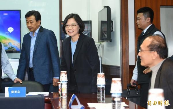 總統當選人蔡英文(左二)8日 在智庫執行長林全(右一)等陪同下,走訪台灣物聯網產業大猩猩科技,由集團執行長寇世斌(左一)親自接待簡報。(記者張嘉明攝)