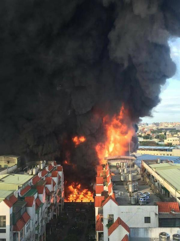 中壢區的泰豐輪胎廠今天下午發生大火,不斷冒出的濃煙將一大片天空染黑,看上去十分嚇人。(中央社)