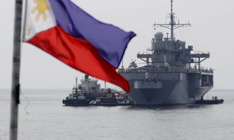 美國第7艦隊於3月13日至19日停泊於菲律賓港口,舉辦公開的慈善任務,包括演唱會等,今日邀請了部分媒體在美國兩棲指揮艦藍嶺號上舉行記者會。圖為藍嶺號駛入馬尼拉港口。(美聯社)
