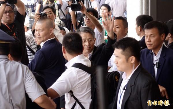 中共上海市委統戰部長沙海林(中)22日率團來台出席台北、上海雙城論壇,離開松山機場時揮手向接機民眾打招呼。(記者簡榮豐攝)